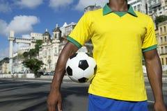 Jogador de futebol brasileiro do futebol que veste a camisa Salvador de Brasil fotos de stock royalty free