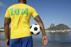 Jogador de futebol brasileiro do futebol que veste o Rio 2014 da camisa Fotografia de Stock