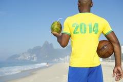 Jogador de futebol brasileiro do futebol que veste o Rio 2014 da camisa foto de stock