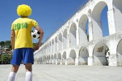 Jogador de futebol brasileiro do futebol que veste o Rio 2014 da camisa Imagem de Stock
