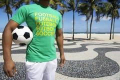 Jogador de futebol brasileiro que guarda o Rio de Copacabana da bola de futebol imagem de stock