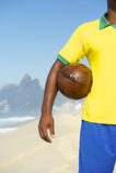 Jogador de futebol brasileiro que guarda o Rio do futebol foto de stock royalty free