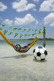 Jogador de futebol brasileiro que relaxa na rede da praia imagem de stock royalty free