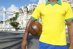 Jogador de futebol brasileiro Salvador Elevator com bola de futebol fotos de stock royalty free
