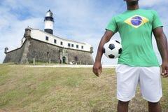 Jogador de futebol brasileiro Salvador Lighthouse com bola de futebol imagem de stock royalty free
