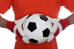 Jogador de futebol com a bola nas mãos imagens de stock royalty free