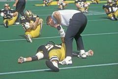 Jogador de futebol da faculdade que faz o estiramento pre-game no exército contra o jogo de Lafayette, estádio de Michie, New Yor Fotografia de Stock Royalty Free