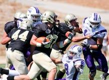 Jogador de futebol da High School que corre com a bola Foto de Stock Royalty Free