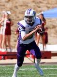 Jogador de futebol da High School que corre com a bola  Imagem de Stock
