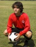 Jogador de futebol do futebol no vermelho Fotos de Stock