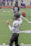 Jogador de futebol em um jogo da High School Fotografia de Stock Royalty Free
