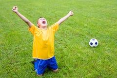Jogador de futebol entusiasmado do menino fotos de stock