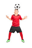 Jogador de futebol júnior que entalha com uma bola fotos de stock