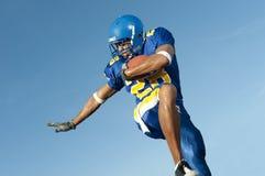 Jogador de futebol na ação do jogo Fotografia de Stock Royalty Free