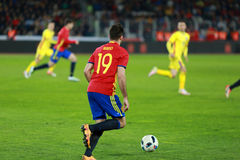 Jogador de futebol na ação no campo Fotografia de Stock Royalty Free