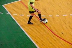 Jogador de futebol no campo, campo de bola no gym interno, campo de Futsal de esporte do futebol Fotos de Stock Royalty Free