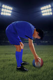 Jogador de futebol pronto para retroceder uma bola Imagem de Stock Royalty Free
