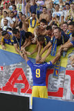 Jogador de futebol que comemora um objetivo com os fãs Imagens de Stock Royalty Free