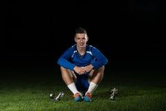 Jogador de futebol que comemora Victory While Holding Win Coup Fotos de Stock Royalty Free