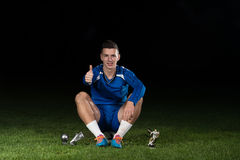 Jogador de futebol que comemora Victory While Holding Win Coup Imagem de Stock Royalty Free