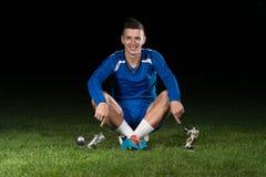 Jogador de futebol que comemora Victory While Holding Win Coup Fotografia de Stock
