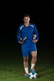 Jogador de futebol que comemora Victory While Holding Win Coup Imagem de Stock