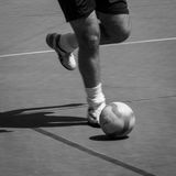 Jogador de futebol que corre com a bola Foto de Stock Royalty Free