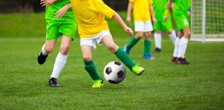 Jogador de futebol que corre com a bola no passo Jogadores de futebol novos Fotos de Stock Royalty Free