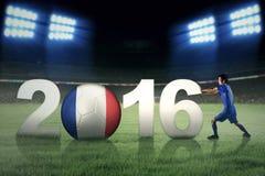 Jogador de futebol que empurra o número 2016 Imagem de Stock