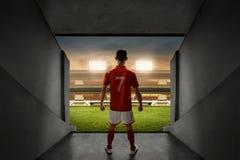 Jogador de futebol que está na entrada do estádio Imagens de Stock Royalty Free