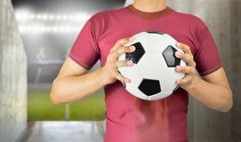 Jogador de futebol que guarda a bola imagem de stock royalty free