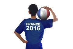 Jogador de futebol que leva uma bola em seu ombro Fotografia de Stock Royalty Free