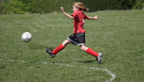 Jogador de futebol que retrocede a esfera 4 Imagem de Stock