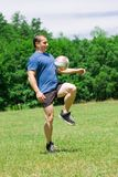 Jogador de futebol que retrocede a esfera Fotografia de Stock Royalty Free