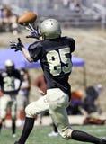 Jogador de futebol que trava uma bola Imagem de Stock