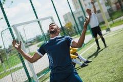 Jogador de futebol virado no passo do futebol durante o jogo Fotografia de Stock Royalty Free