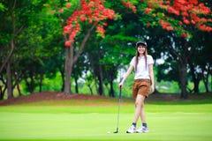 Jogador de golfe asiático de sorriso da mulher Fotografia de Stock