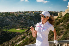 Jogador de golfe bonito da menina no clube de golfe Imagem de Stock