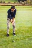 Jogador de golfe concentrado fotografia de stock