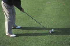 Jogador de golfe da cintura que prepara-se para baixo Fotos de Stock Royalty Free
