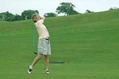 Jogador de golfe da mulher que toma o tiro fotografia de stock royalty free