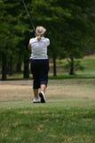 Jogador de golfe da senhora no branco Imagem de Stock Royalty Free