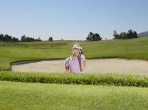 Jogador de golfe desapontado na armadilha de areia Fotografia de Stock Royalty Free