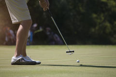 Jogador de golfe do homem que põe sobre o verde Imagem de Stock Royalty Free
