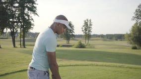 Jogador de golfe do Oriente Médio bem sucedido considerável do retrato que balança e que bate a bola de golfe no curso bonito Hom filme