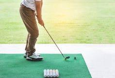 Jogador de golfe durante o driving range da prática Fotos de Stock