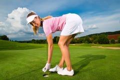 Jogador de golfe fêmea novo no curso Fotografia de Stock Royalty Free