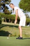 Jogador de golfe fêmea no campo de golfe Fotografia de Stock