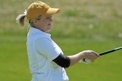 Jogador de golfe interessado da faculdade da mulher Foto de Stock Royalty Free