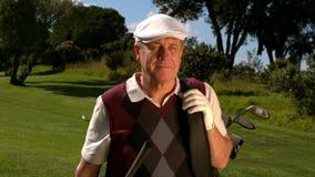 Jogador de golfe maduro que anda no campo de golfe vídeos de arquivo
